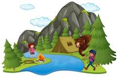 Campeggio con i campeggiatori e Big Bear Immagine Stock