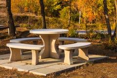 Campeggio con la tavola di picnic all'aperto Fotografie Stock
