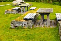 Campeggio con la tavola di picnic in natura norvegese Immagini Stock Libere da Diritti