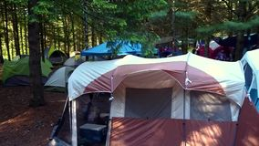Campeggio con molte tende stock footage