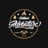 Campeggio d'annata, emblema all'aperto di avventura Iscrizione con l'ascia ed il falò Retro etichetta di vettore Logo Design Temp illustrazione vettoriale