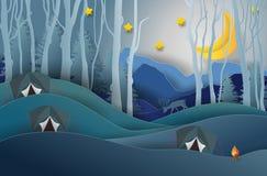 Campeggio e fuoco di accampamento, abetaia e montagne fondo, stella Fotografia Stock