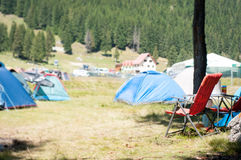 Campeggio e sedia Immagini Stock