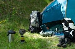 Campeggio e tecnologia Fotografie Stock Libere da Diritti