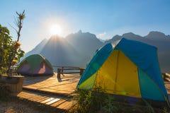 Campeggio e tenda di alloggio presso famiglie a Doi Luang Chiang Dao in Chiang Mai Immagine Stock Libera da Diritti
