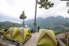 Campeggio e tenda di alloggio presso famiglie a Doi Luang Chiang Dao in Chiang Mai Province, Tailandia Fotografia Stock Libera da Diritti