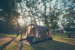 Campeggio e tenda, stile d'annata fotografia stock libera da diritti