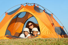 Campeggio felice della famiglia Fotografia Stock