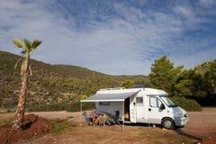 Campeggio libero con la casa del mobil fotografie stock