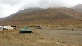 Campeggio nelle montagne fotografia stock