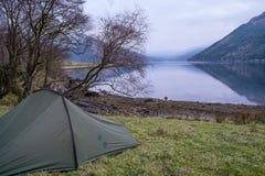 Campeggio selvaggio sul lago Goil immagine stock