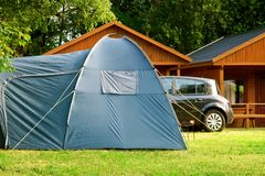 Campeggio turistico della casa della tenda Immagini Stock