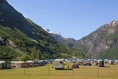 Campeggio turistico in Geiranger, norvegese Viaggio della famiglia in macchina, fotografia stock libera da diritti
