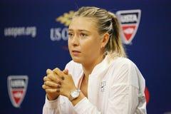 Campeón Maria Sharapova del Grand Slam de cinco veces durante rueda de prensa antes del US Open 2015 Foto de archivo libre de regalías