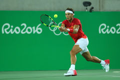 Campeón olímpico Rafael Nadal de España en la acción durante el final de los dobles de los hombres de la Río 2016 Juegos Olímpico Imagen de archivo