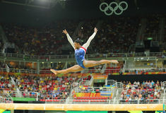 Campeón olímpico Simone Biles de Estados Unidos que compiten en el haz de balanza en la gimnasia versátil de las mujeres en Río O Fotos de archivo