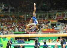 Campeón olímpico Simone Biles de Estados Unidos que compiten en el haz de balanza en la gimnasia versátil de las mujeres en Río O Fotos de archivo libres de regalías
