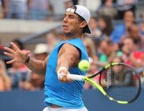 Campeón Rafael Nadal del Grand Slam de España en la práctica para el US Open 2016 en Billie Jean King National Tennis Center Foto de archivo