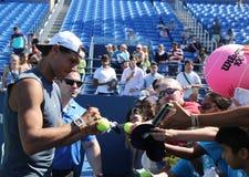 Campeón Rafael Nadal del Grand Slam de los autógrafos de firma de España después de la práctica para el US Open 2016 Fotos de archivo libres de regalías