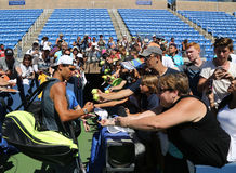 Campeón Rafael Nadal del Grand Slam de los autógrafos de firma de España después de la práctica para el US Open 2016 Imagen de archivo libre de regalías