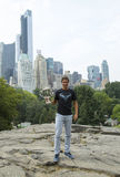 Campeón Rafael Nadal del US Open 2013 que presenta con el trofeo del US Open en Central Park Imagen de archivo libre de regalías