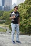 Campeón Rafael Nadal del US Open 2013 que presenta con el trofeo del US Open en Central Park Imágenes de archivo libres de regalías