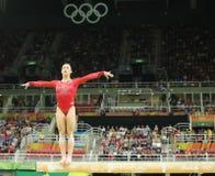Campeão olímpico Aly Raisman do Estados Unidos que compete no feixe de equilíbrio na ginástica total das mulheres no Rio 2016 Imagens de Stock Royalty Free