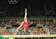 Campeão olímpico Aly Raisman do Estados Unidos que compete no feixe de equilíbrio na ginástica total das mulheres no Rio 2016 Fotos de Stock