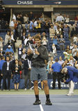 Campeão Rafael Nadal do US Open 2013 que guardara o troféu do US Open durante a apresentação do troféu Fotos de Stock Royalty Free