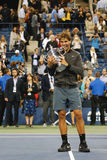 Campeão Rafael Nadal do US Open 2013 que guardara o troféu do US Open durante a apresentação do troféu após sua vitória do final Fotos de Stock
