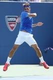 Campeão Roger Federer do grand slam de dezessete vezes durante seu primeiro fósforo do círculo no US Open 2013 contra Grega Zemlja Imagens de Stock