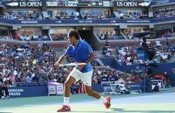 Campeão Roger Federer do grand slam de dezessete vezes durante seu primeiro fósforo do círculo no US Open 2013 contra Grega Zemlja Fotografia de Stock