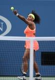 Campeão Serena Williams do grand slam de vinte um vezes na ação durante seu fósforo quatro redondo no US Open 2015 Foto de Stock Royalty Free