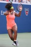 Campeão Serena Williams do grand slam de vinte um vezes na ação durante seu fósforo quatro redondo no US Open 2015 Imagem de Stock