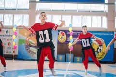 Campeonato da cidade de Kamenskoye em cheerleading entre solos, duetos e equipes Fotos de Stock