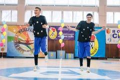 Campeonato da cidade de Kamenskoye em cheerleading entre solos, duetos e equipes Fotos de Stock Royalty Free