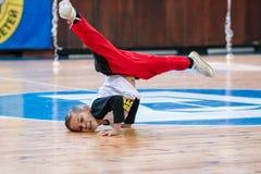 Campeonato da cidade de Kamenskoye em cheerleading entre solos, duetos e equipes, youn Imagens de Stock Royalty Free