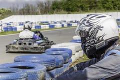 Campeonato de Karting El conductor está mirando para la raza Niños, corredores adultos karting Fotografía de archivo