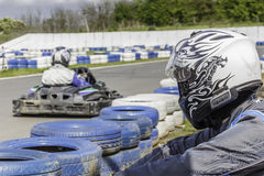 Campeonato de Karting O motorista está olhando para a raça Crianças, pilotos adultos que karting Fotografia de Stock