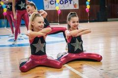 Campeonato de la ciudad de Kamenskoye en animar entre solos, dúos y equipos Foto de archivo