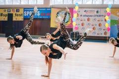 Campeonato de la ciudad de Kamenskoye en animar entre solos, dúos y equipos Foto de archivo libre de regalías
