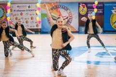 Campeonato de la ciudad de Kamenskoye en animar entre solos, dúos y equipos Imagen de archivo libre de regalías