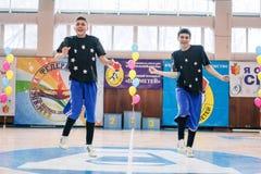 Campeonato de la ciudad de Kamenskoye en animar entre solos, dúos y equipos Imagenes de archivo