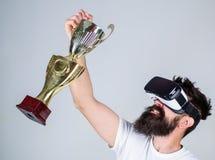 Campeonato em linha Vitória da sensação em jogos da realidade virtual Consiga a vitória O gamer virtual do moderno obteve a reali imagem de stock royalty free