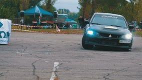Campeonato en la reunión Reúna competir con en los coches de deportes en la carretera de asfalto en la ciudad metrajes