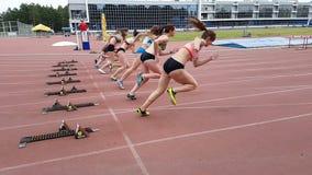 Campeonato no atletismo entre jovens mulheres Começo da raça do ` das meninas Movimento lento filme