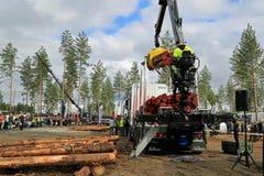 Campeonatos finlandeses no log que carrega 2014 em FinnMETKO 2014 Fotos de Stock Royalty Free