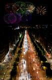 Campeones Elysees en la noche y los fuegos artificiales foto de archivo