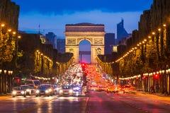 Campeones Elysees y Arc de Triomphe, París fotos de archivo