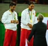 Campeones olímpicos Mark Lopez (l) y Rafael Nadal de España durante ceremonia de la medalla después de la victoria en los dobles  Fotos de archivo libres de regalías